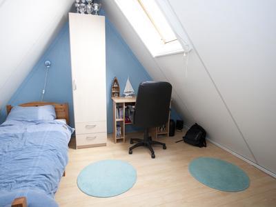 De zolder is groot genoeg om aan de andere kant van de trapopgang gemakkelijk eenzelfde slaapkamer te realiseren.