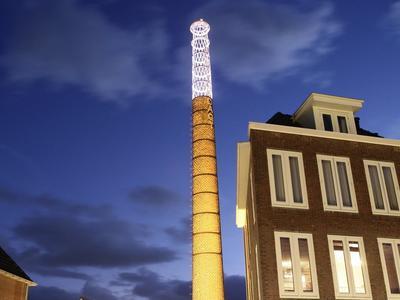 De oude schoorsteen van fabriek Nooitgedacht staat nog steeds in IJlst te pronken