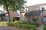 Algemeen:<BR>* De woning is op een goede en rustige locatie gelegen<BR>* C.v. combiketel Agpo (bouwjaar 2002).<BR>* De gehele woning is voorzien van kunststof kozijnen met isolerende beglazing.<BR>* De woning is voorzien van dak-, vloer- en muurisolatie.<BR>* De gehele begane grond is voorzien van vloerverwarming.<BR>* In de afgelopen jaren is de woning op een aantal punten gemoderniseerd, zoals een nieuwe begane grondvloer en het stucwerk op de begane grond. Ook zijn de badkamer, het toilet en de keuken vernieuwd.<BR><BR>* KORTOM: EEN ROYALE WONING OP EEN LEUKE EN RUSTIGE LOCATIE. KOM BEZICHTIGEN EN LAAT U OVERTUIGEN! <BR><BR>*Tot zekerheid voor de nakoming van de verplichtingen van koper zal koper een bankgarantie of waarborgsom storten in handen van de notaris (deze bedraagt 10 % van de koopsom).<BR>* Deze woning wordt geleverd met gratis verhuisservice voor de nutsvoorzieningen via onze website.