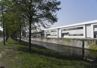 In dit moderne en karakteristieke bedrijfsgebouw gelegen op het bedrijventerrein De Hoef is voor de verhuur beschikbaar 297 m² kantoorruimte op de 1e verdieping. Het gebouw ligt op een goede locatie ten opzichte van alle uitvalswegen. Op het terrein is voldoende parkeergelegenheid voor u en uw klanten. Op De Hoef bevinden zich tal van (inter-) nationale kantoren en bedrijven. Buren zijn onder andere Dolmans, Securitas en Van Dorp Installatietechniek.<BR><BR>Deze kantoorruimte is te huur Via RebM Bedrijfsmakelaardij Amersfoort