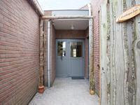 Indeling 2e woning welke in 1994 is gebouwd.<BR>Begane grond: Aan de linkerzijde is een eigen achterom aanwezig. Woonkamer - keuken met een lichte tegelvloer met vloerverwarming. Nette keukeninrichting met een koelkast, keramische kookplaat, afzuigkap, vaatwasser en oven. Gang met toegang tot de slaap- en badkamer. <BR>Betegelde badkamer met toilet, wastafel en douche. Mooie slaapkamer met tegelvloer en kastenwand.<BR>In de bijkeuken is een eigen c.v. (2004) aanwezig, u treft hier de aansluiting voor de wasapparatuur en een  trapopgang naar de zolder. <BR>Achteraan is een tuinkamer / serre met zicht op de tuin. <BR><BR>1e Verdieping:<BR>Vaste trap, zolderslaapkamer en volop bergruimte.