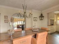 eetkamer met zicht op woonkamer en keuke