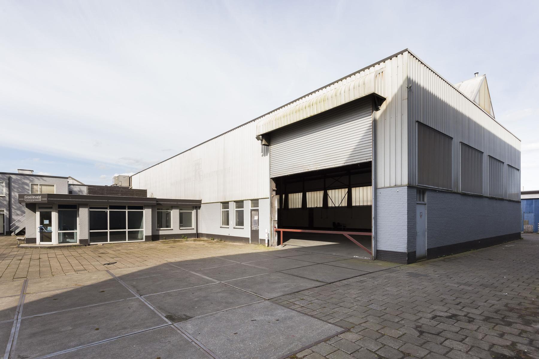 Te huur is in Amersfoort Kantoorruimte ca. 242 m², Buitenterrein kantoor ca. 164 m², Bedrijfsruimte ca. 647 m² , Buitenterrein ca. 784 m².