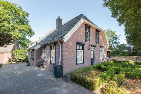 Deze medio 2003 verbouwde woonboerderij heeft alle stijlkenmerken van een klassieke woonboerderij gecombineerd met eigentijds comfort. <BR><BR>Zo is het dak gedekt met oud hollandse pannen en zijn de traditionele gebinten in het zicht maar is er wel sprake van nieuwe isolerende dakplaten, dubbel glas en cv gas met een HR combi ketel. Natuurlijk is de rest van de afwerking geheel van deze tijd.<BR>Het perceel meet ca. 5615 m2 grond en dus is er ruim voldoende grond om een of meerdere paarden aan huis te houden. In de stenen schuur kunnen boxen gemaakt worden en hou je nog altijd de nieuwe houten schuur  met carport over voor het stallen van je auto, paardentrailer of koets. Een oldtimer zou hier natuurlijk ook niet misstaan en de schuur is eventueel ook om te bouwen tot een hobby werkplaats of atelier, er zijn voldoende mogelijkheden.<BR><BR>Heb je interesse in dit huis?<BR><BR>Bel dan voor een afspraak, wij maken graag tijd voor een bezichtiging. <BR>Of bel je eigen NVM aankoopmakelaar . Je  NVM aankoopmakelaar komt op voor jouw belangen en bespaart je tijd en zorgen. Adressen van collega NVM aankoopmakelaars vind je op Funda of de site van de NVM.