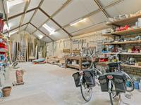 De werkplaats is in spouw gebouwd en voorzien van dakvensters en een aparte krachtstroom groep.