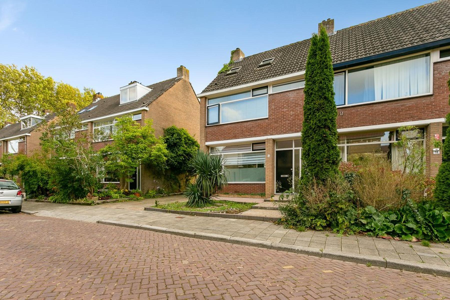 Plutolaan 16 in Dordrecht 3318 EP