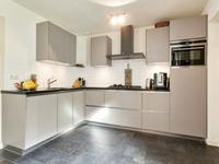 In de keuken aangekomen ziet u meteen de fraaie inrichting (2012) met een granieten werkblad, een koelkast, gaskookplaat met afzuigkap en de vaatwasser.