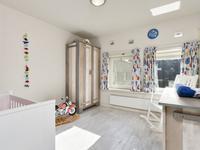 Er zijn 3 riante slaapkamers gelegen met schuurwerk wanden en plafonds. In een kamer is een praktische inbouwkast aanwezig.