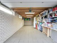 De garage heeft een tegelvloer, een elektrische deur, is verrassend ruim qua oppervlakte, heeft een bergzolder en is voorzien van krachtstroom. desgewenst is dit een prachtige speel- of werkkamer.