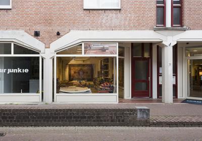 Knusse winkelruimte van ca. 44 m² is te huur aan de Koestraat 35 in Amersfoort. Het is een B2 locatie in de aanlooproute naar het centrum waar je klanten makkelijk dichtbij kunnen parkeren. De betaalde parkeergelegenheid ligt nl. achter het pand in de parkeergarage Koestraat.