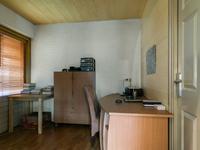 Vanuit keuken toegang tot de studeerruimte met daarin een deur naar de oprit en een deur naar de inpandige berging.