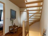 Indeling 1e verdieping:<BR><BR>Overloop met houten vloer en vaste trap naar de zolder. Op deze verdieping zijn 3 mooie riante slaapkamers gesitueerd. Deze zijn allemaal voorzien van dezelfde houten vloer als de overloop. <BR>In de ouderlijke slaapkamer aan de voorkant van het huis is een ruime kastenwand opgesteld en een mooi Frans balkon met openslaande deuren naar de voorzijde.