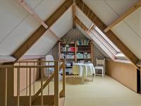 Indeling 2e verdieping:<BR>Middels vaste trap is de zolder bereikbaar, deze heeft een betonnen vloer. <BR>Het betreft nu een grote open fijne ruimte met een groot dakraam, laminaatvloer en toegang tot een nette 4e slaapkamer.