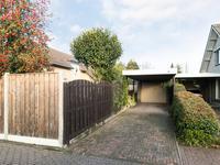 Buiten de woning:<BR>Vrijstaande garage met elektrische deur en carport.
