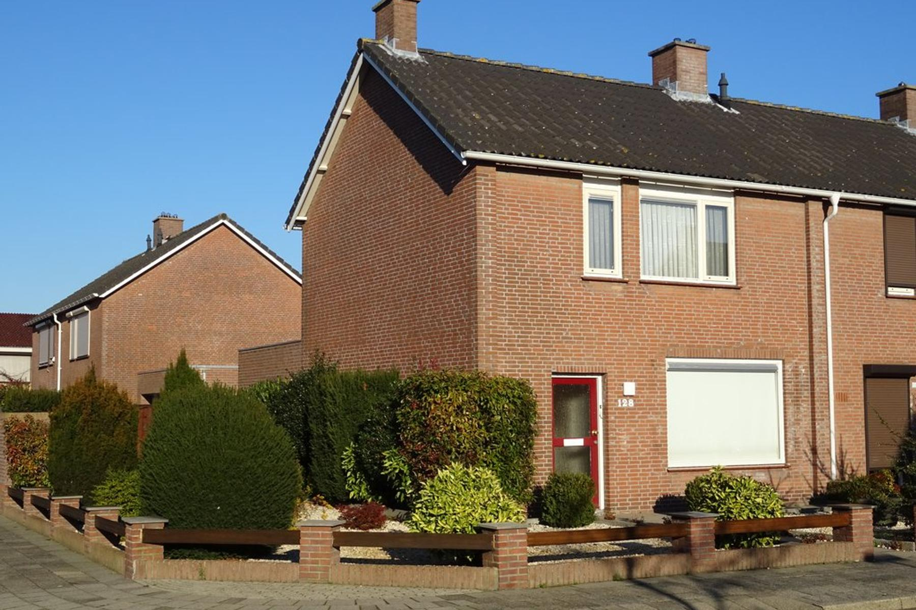Rozenstraat 128 in St. Willebrord 4711 GJ