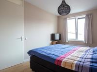 De 3 slaapkamers hebben stucwerk wanden en -plafonds en draai-/kiepramen.