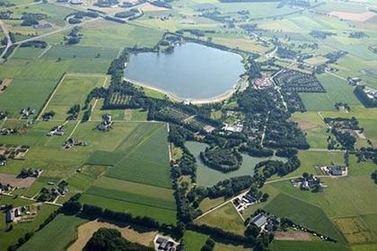 """Nabij het centrum van het vakantiepark """"Landal GreenParks Stroombroek"""", in de directe nabijheid van een recreatieplas, een visvijver en de Montferlandse bossen ligt deze vrijstaande gemeubileerde RECREATIEWONING met berging, parkeerplaats en royale tuin met veel privacy."""