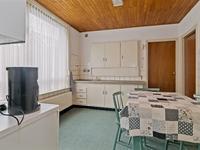 De aparte eetkeuken is eventueel bij de kamer te betrekken en heeft een novilon vloer, wandlambrisering en een schroten plafond.