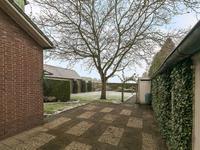 Buiten de woning: <BR>Aangelegde voortuin en bestraatte oprit. <BR>Fraaie diepe en privacy biedende achtertuin voorzien van een terras en een groot gazon.