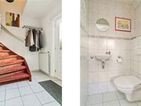 Begane grond:<BR><BR>De hal is voorzien van een lichte tegelvloer en biedt toegang tot de trapopgang naar de eerste etage. Aansluitend is er een meterkast, een geheel betegeld toilet met fonteintje en de doorloop naar de woonkamer.