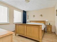 De slaapkamer aan de voorzijde is voorzien van laminaat, spachtelputz wanden, stucwerk plafond en tv-aansluiting.