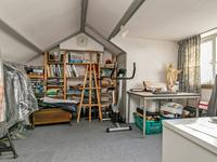 2e verdieping:<BR><BR>Via vaste trap bereikbaar. Voorzolder met velux dakvenster en opstelling cv-installatie (Nefit 2000).<BR>Fraaie 4e slaapkamer met dakkapel, inbouwkast en praktische schuifkasten onder dakschuinte.