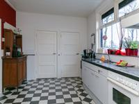 Vanuit de kamer komt u in de gezellige keuken. Deze is afgewerkt met een tegelvloer en een nette keuken opgesteld onder het raam met een aanrechtblad van graniet, een ingebouwde oven, afzuigkap en een inductiekookplaat.<BR>Vanuit hier is de praktische kelder en de bijkeuken toegankelijk.
