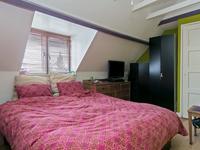 Op de verdieping zijn 3 slaapkamers gesitueerd, allen voorzien van laminaat. Aan de voorzijde is een dakkapel in de slaapkamer aanwezig. Ook een van de slaapkamer aan de achterzijde heeft een dakkapel en daarnaast ook een inbouwkast.