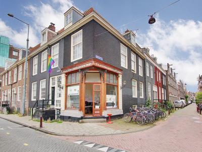 Voorgevel, ingang zit in het souterrain van de 3e Weteringdwarsstraat 44.