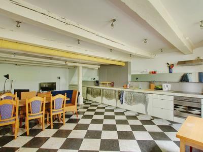 De open keuken met inbouwapparatuur.