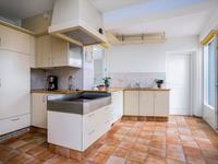 Vanuit de woonkamer komt u in de open keuken met een lichte en luxe inrichting waaronder dubbele spoelbak, keramische kookplaat, afzuiging, koelkast, vaatwasser en een combi-magnetron.