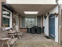 De achtertuin is naast het huis door een gezamenlijk achterompad te bereiken en afsluitbaar met een poort.