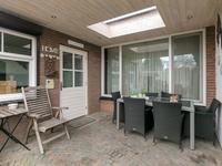 Aan het huis is een overkapping met een lichtkoepel waar u heerlijk tot in de late uurtjes buiten kunt zitten.
