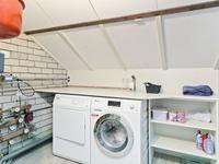 Naast de badkamer is er een extra ruimte aanwezig met daarin de wasruimte en de c.v. opstelling.<BR><BR><BR>Middels vlizotrap is de zolder met de houten verdiepingsvloer bereikbaar. De hoogte is voldoende om met een vaste trap in de 2e slaapkamer nog een 4e slaapkamer te maken.