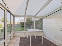 Aan de woonkamer is ook de serre gelegen. Hier is het heerlijk zitten met een mooi zicht op de tuin.