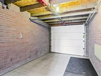 Buiten de woning:<BR>Middels de oprit bereikt u de inpandige garage.