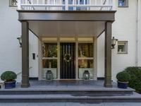 De statige Villa is te omschrijven als volgt:<BR>Entree middels overdekt verhoogd buitenbordes met brede trappartij naar  riante ontvangsthal van 4.90 x 2.80.