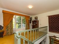 Middels een statige trappartij is de eerste verdieping bereikbaar waarvan de riante overloop van 4.89 x 2.55 met toegang tot balkon.