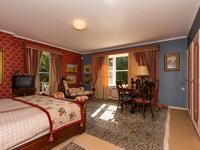 4 riante slaapkamers van resp. 5.30 x 5.00 plus inbouwkasten, 4.19 x 2.95 plus wastafel en inbouwkasten, 3.69 x 3.45 plus nis en inbouwkasten en 4.08 x 3.07 plus wastafel en inbouwkasten.