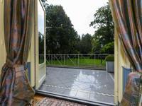 Bovengenoemde Villa is bijzonder goed onderhouden en beschikt over een groot onderheid terras met trappartijen.