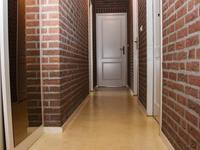1e Verdieping:<BR><BR>De overloop loopt nagenoeg over de hele breedte van de woning en heeft grote inbouwkast met schuifdeuren en een luik naar de zolder.
