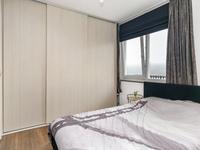 De slaapkamer is voorzien van laminaat en heeft voldoende wandruimte voor het plaatsen van een grote kleding- of wandkast.