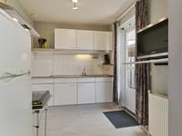 Semi open keuken met diezelfde vloer en een eenvoudige keukeninrichting voorzien van een rvs aanrechtblad, spoelbak, gaskookplaat en de aansluiting voor een vaatwasser. De losstaande apparaten zijn eventueel te overnemen.