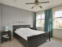 De ouderslaapkamer is voorzien van een laminaatvloer en een vlizotrap naar de zolder.