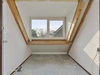 De 3e slaapkamer dient nog afgewerkt te worden. Hier is een dakkapel geplaatst, waardoor er een ruime kamer is ontstaan.