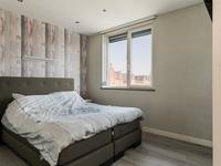 Ook de 1e verdieping is geheel voorzien van vloerverwarming.<BR>Op deze verdieping zijn 3 slaapkamers gesitueerd, alle voorzien van een laminaatvloer, deels spachtelputz wanden en deels behangen wanden, stucwerk plafond en rolluiken.