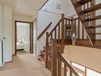 Indeling eerste verdieping: <BR>De overloop is voorzien van licht geschilderd metselwerk wanden, vloerbedekking en een open vaste trap naar de zolder. <BR>Op deze verdieping bevinden zich 3 mooie slaapkamers, een walk-in-closet en een royale badkamer.