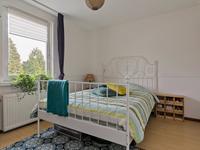 De slaapkamers hebben een laminaat vloer, één is voorzien van een ingebouwde kastruimte en een is voorzien van een dakkapel. <BR>De 4e kamer op deze verdieping is als walk-in-closet ingericht, een slaapkamer is hier mogelijk.