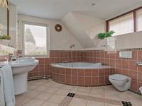 De ruim bemeten badkamer is volledig betegeld, voorzien van een toilet, dubbele wastafel, douche, ligbad en bidet.<BR>De dakkapel biedt een mooie lichtinval hier.