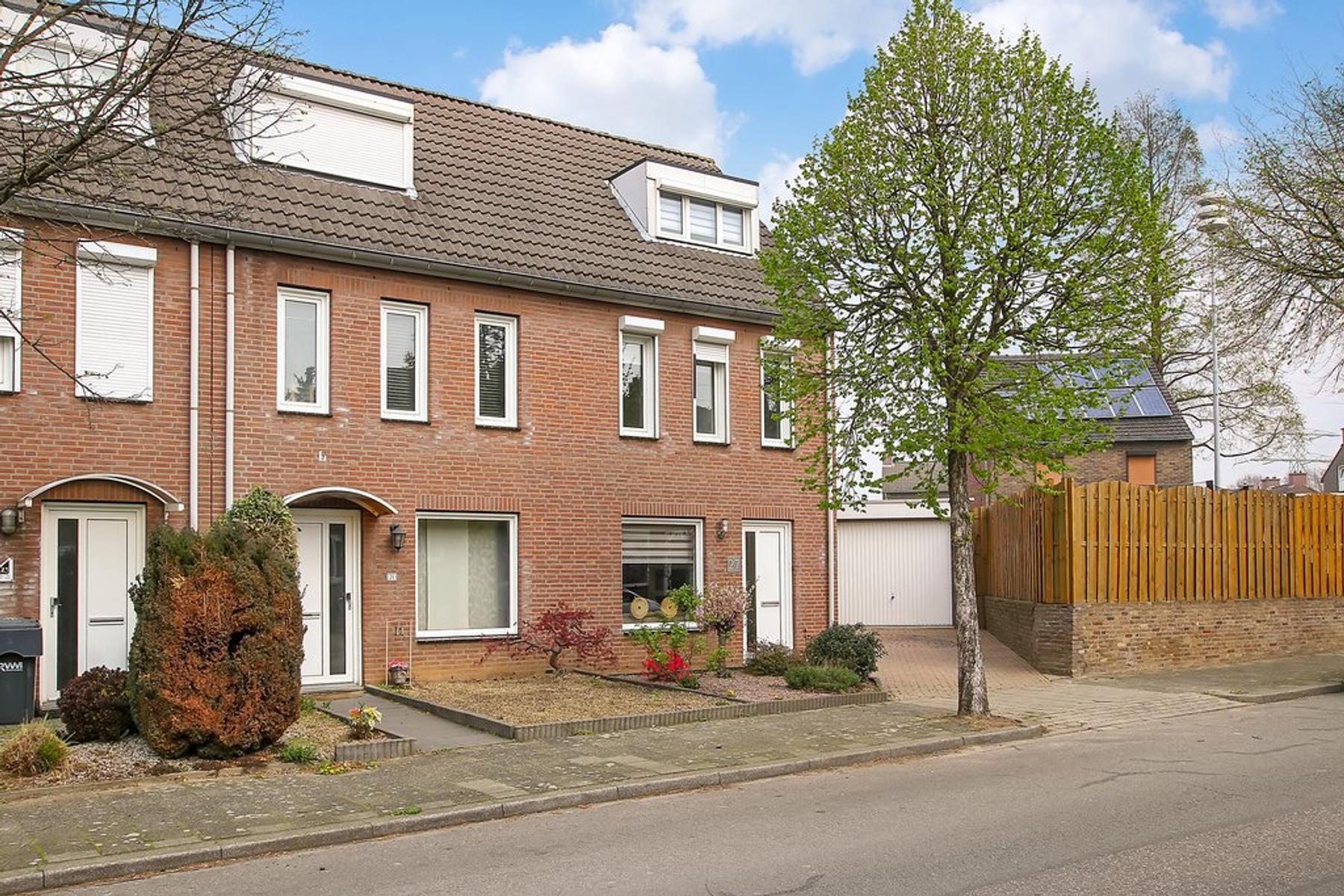 Pastoor Schoenmaeckersstraat 27 in Geleen 6163 BV